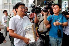El activista Joshua Wong, tras ser liberado.