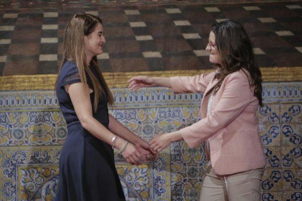 Mónica Oltra abraza este lunes a Mireia Mollà en su toma de posesión.