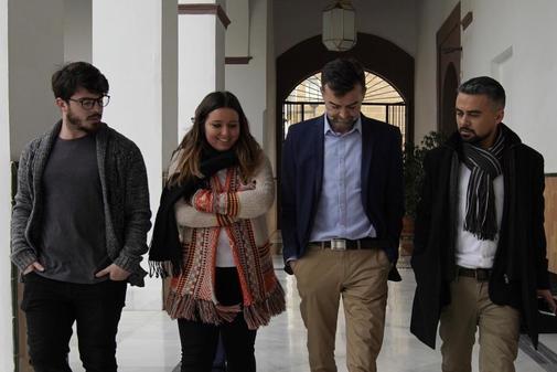 Antonio Maíllo, junto a compañeros de Adelante Andalucía, en los pasillos del Parlamento.