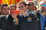 Albert Rivera y Manuel Valls, durante la manifestación constitucionalista en Barcelona en marzo de 2018
