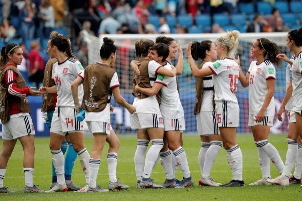 GRAFCVA5775. LE HAVRE.- Las jugadoras de la selección española celebran la clasificación para octavos de final del Mundial de Francia 2019 tras empatar contra China en el tercer y último partido de la primera fase.