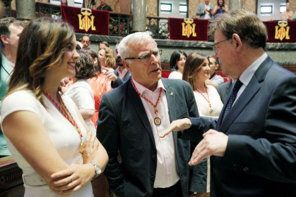 Joan Ribó y Sandra Gómez hablan con Ximo Puig en la investidura del alcalde de Valencia.