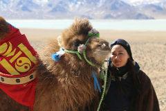 La aventurera Baigalmaa Norjmaa con uno de sus camellos.