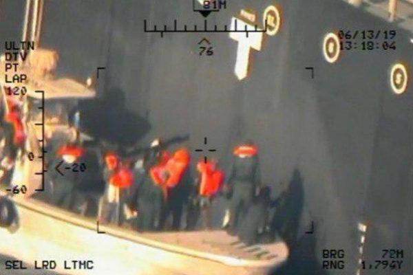 EPA2206. FUJAIRAH (EMIRATOS ÁRABES UNIDOS), 17/06/2019.- Imagen cedida este lunes por el Departamento de Defensa de los Estados Unidos (), tomada desde un helicóptero MH-60R de la Armada estadounidense, que muestra a miembros de la Guardia Revolucionaria Islámica mientras remueven los restos de un dispositivo de fijación magnética de la mina tipo lapa sin explotar del carguero M/T Kokuka Valerosa, en el mar fuera de Fujairah (Emiratos Árabes Unidos). Medios informaron que el petrolero japonés Kokuka Courageous, que lleva metanol, y el petrolero noruego Front Altair se están anclando en la costa de los Emiratos Árabes Unidos en Fujairah mientras procesan sus cargamentos para descargar los envíos. Según informes de los medios de comunicación, dos petroleros, Kokuka Courageous de Japón y Front Altair de Noruega, resultaron dañados en el Golfo de Omán luego de haber sido atacados en la madrugada del 13 de junio entre los Emiratos Árabes Unidos e <HIT>Irán</HIT>.  Cortesía /SOLO USO