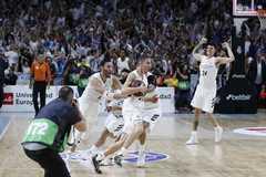 Carroll, con el balón, celebra la victoria ante el Barcelona.