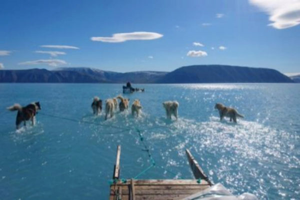 Steffen Olsen atraviesa un enorme charco de agua en Groenlandia.