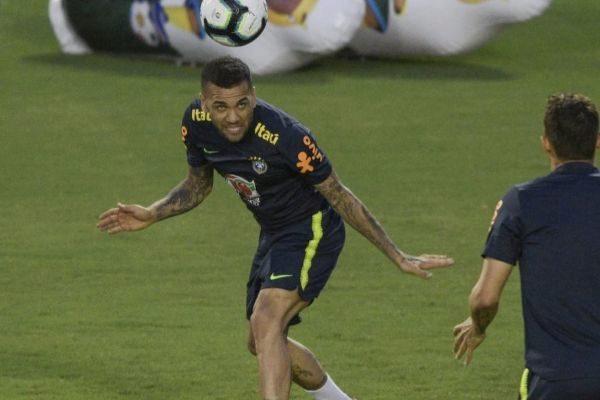 Alves, durante el entrenamiento del domingo de Brasil en Salvador.