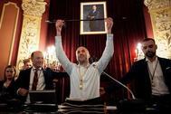 El líder del partido independiente Democracia Ourensana (DO), Gonzalo Pérez Jácome, que ha sido investido nuevo alcalde de Ourense tras conseguir los 14 votos necesarios al sumar los apoyos de los ediles de su partido y del PP, levanta el bastón de mando.
