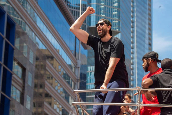 Mar Gasol, celebrando la victoria con sus compañeros de los Raptors.