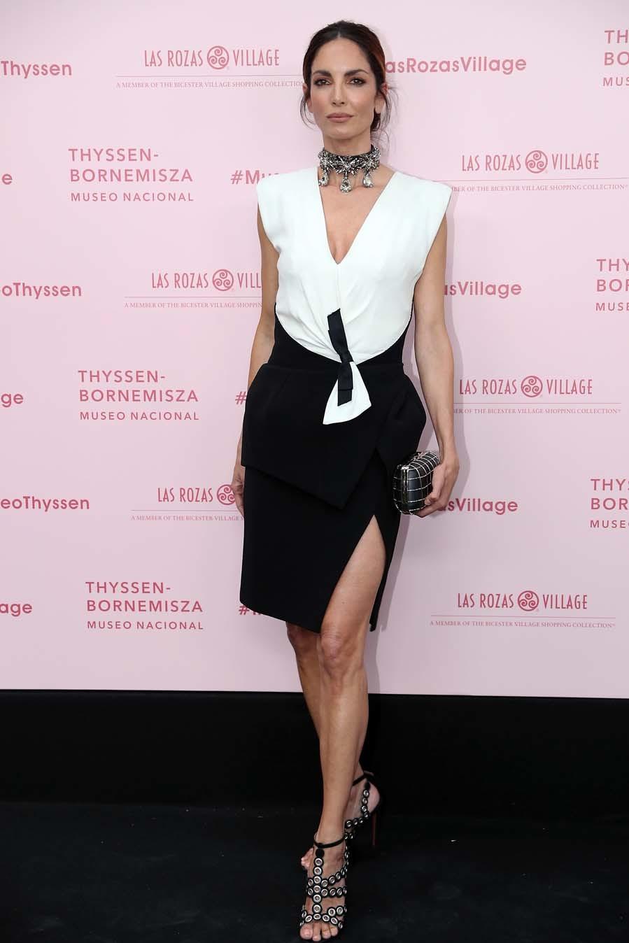 Eugenia eligió un vestido en blanco y negro de <strong> Balenciaga by Nicolas Ghesquière</strong> , de largo midi y escote en uve. Como complementos, sandalias de<strong> Azzedine Alaia</strong>, clutch  y una espectacular gargantilla de <strong>Givenchy</strong>.