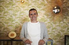 Daniel Gómez-Cabello, junto al melón que usó en su charla de Sevilla para explicar el cáncer de mama.