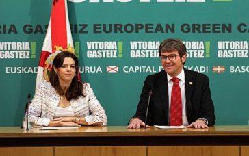 Gorka Urtaran junto a Maider Etxebarria, presentando el acuerdo de gobierno.