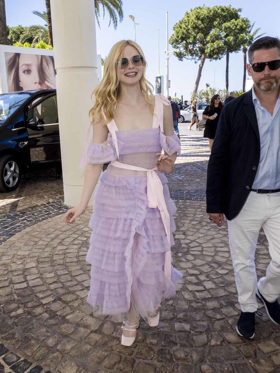 La actriz lleva un vestido semitransparente con tul, volantes lazos,...