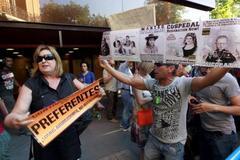 Afectados por las 'preferentes' protestan frente a la Audiencia Nacional.