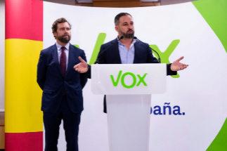 El líder de Vox, Santiago Abascal (centro) y el vicesecretario de relaciones internacionales del mismo partido, Iván Espinosa de los Monteros (izquierda), comparecen el 29 de mayo para valorar los resultados de Vox en las elecciones municipales autonómicas y europeas.