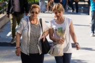 Familiares de una de las fallecidas, este martes, en la Audiencia Provincial de Madrid.