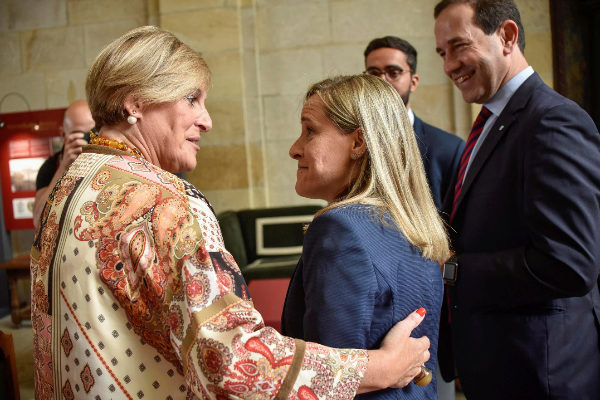 Amaya Fernández, a la derecha, conversa con Itxaso Atutxa (PNV).