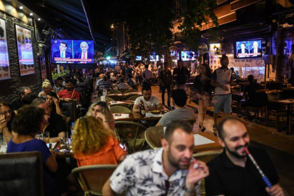 Clientes en un restaurante de Estambul.