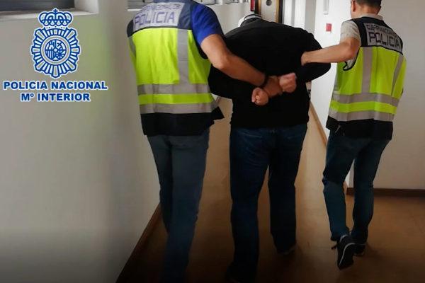 Agentes de la Policía Nacional escoltan al hombre detenido.