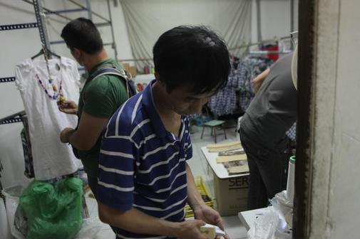 Inspección sorpresa de la policia en talleres chinos de otras provincias en busca de trabajadores ilegales.