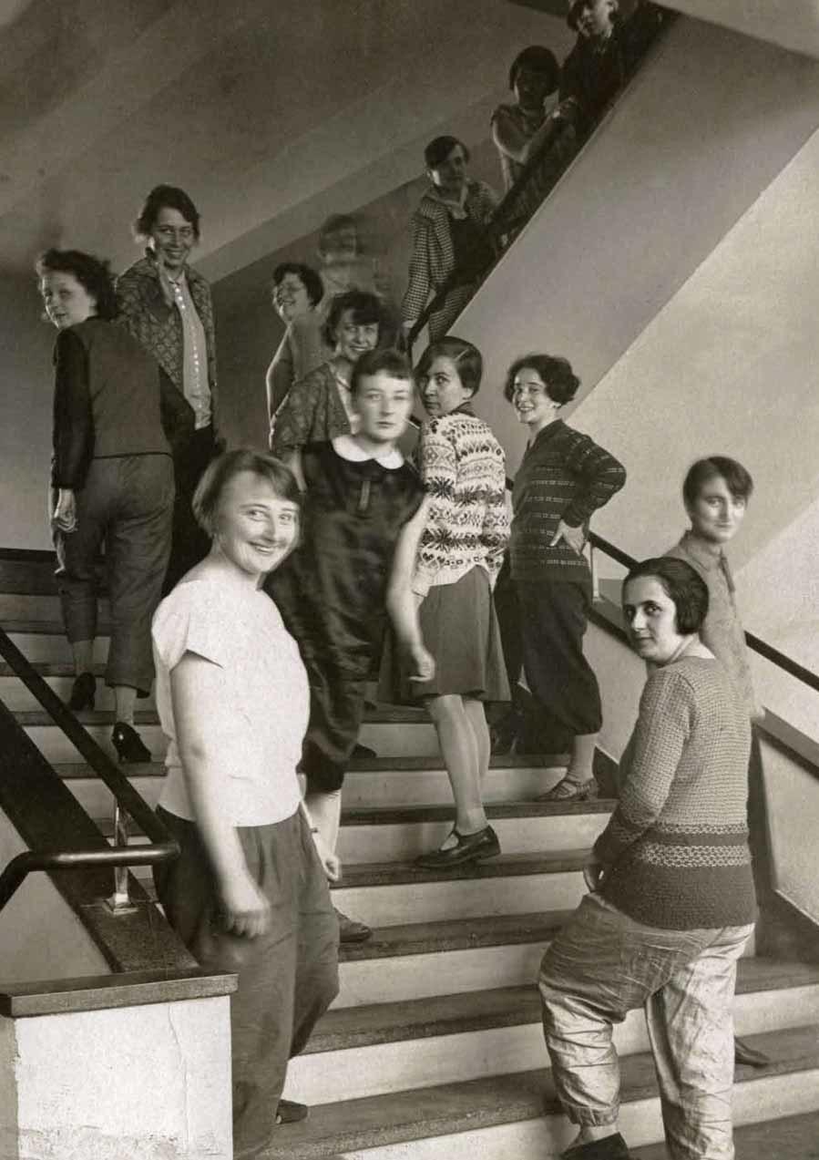 Imagen anónima de un grupo de estudiantes de la Bauhaus en las...