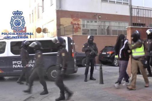 Agentes de la Policía se llevan arrestado a un acusado de ser miembro...