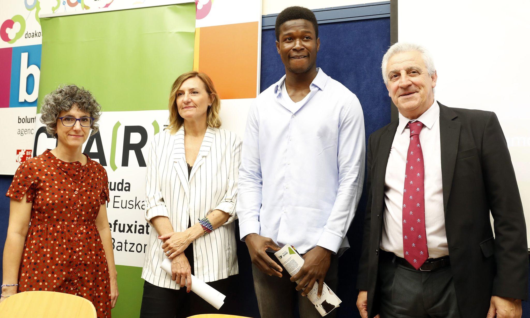 De derecha a izquierda, Javier Galparsoro, el nigeriano Reward, Patricia Bárcena y Elena Valverde.