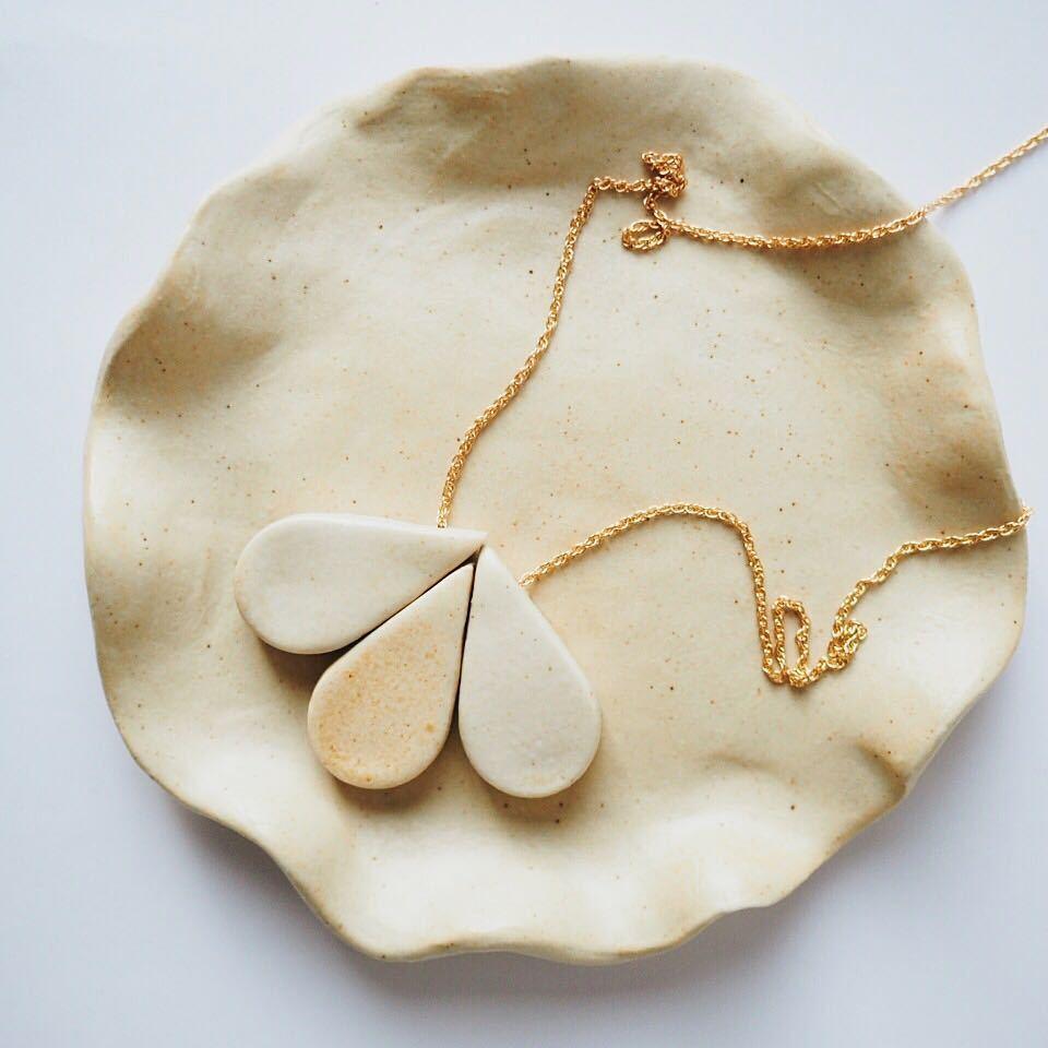 Lo artesanal y lo hecho a mano son la nueva tendencia de la joyería....