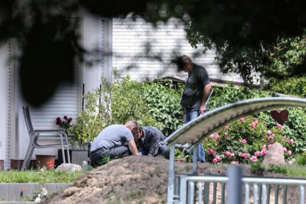 Miembros de la policía investigan en la casa del alcalde asesinado, Walte Lübcke, en Kassel.