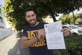 Rafael Prieto posa sonriente con la sentencia.