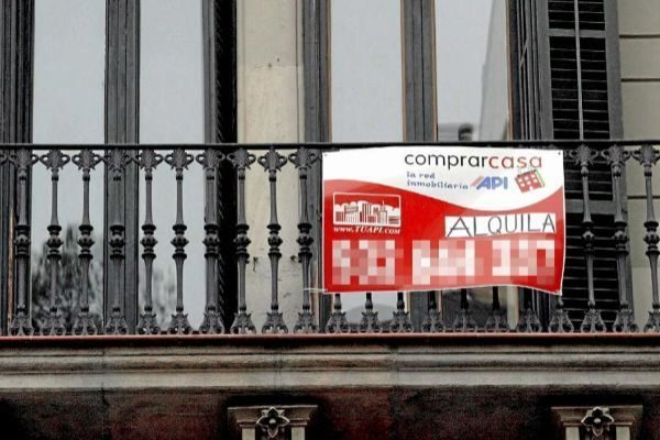 Anuncio de un piso en alquiler en un edificio de viviendas en Barcelona.