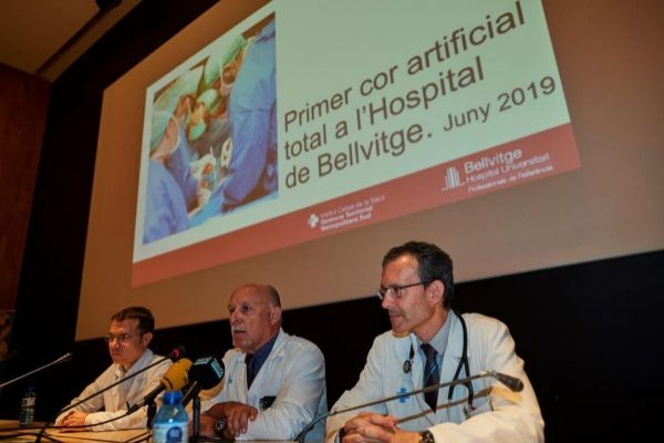 El jefe del Servicio de Cirugía cardíaca, Albert Miralles (c), con los doctores Daniel Ortiz (i) y Josep González (d) durante la rueda de prensa ofrecida en el Hospital de Bellvitge, de L'Hospitalet de Llobregat (Barcelona),