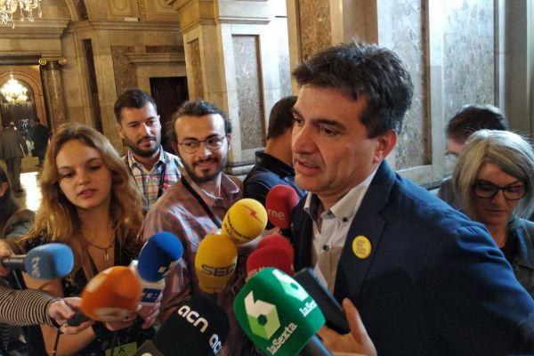 El portavoz republicano Sergi Sabrià en un contacto con la prensa en el Parlamento catalán.