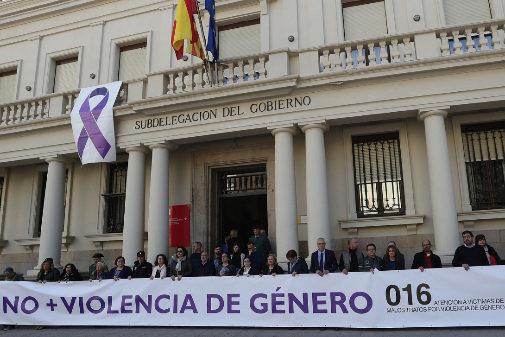 Manifestación contra la violencia machista frente a la sede de la Subdelegación del Gobierno.