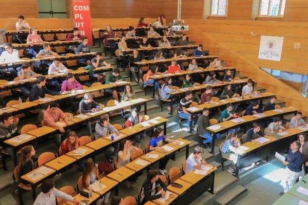 Alumnos examinándose de la EvAU en la Complutense este junio.