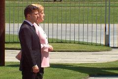 Preocupación por los temblores de Angela Merkel durante una ceremonia oficial
