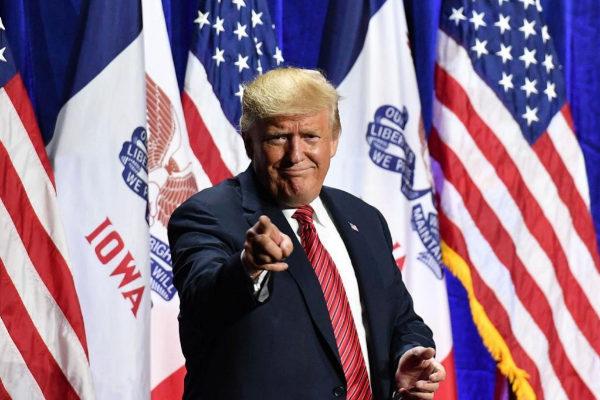 El presidente estadounidense, Donald Trump, saluda durante un acto del Partido Republicano, en West Des Moines, Iowa, este junio.