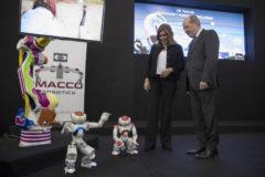 Susana Díaz, con el presidente de la Diputación de Sevilla, en una feria tecnológica.