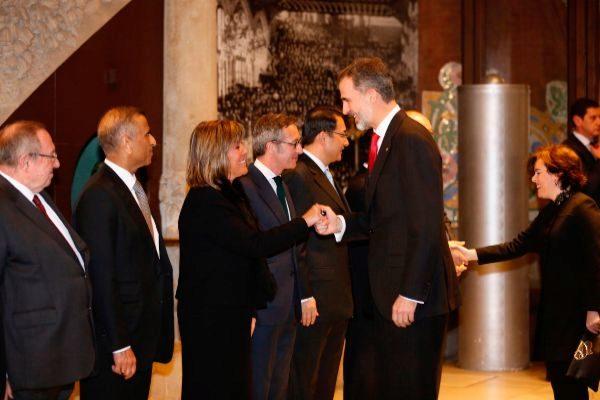 Felipe VI saluda a Núria Marín antes de la cena de inauguración del Mobile World Congress, en febrero de 2018.
