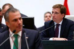 Almeida se reúne con Smith sin cerrar un pacto sobre las concejalías de Vox