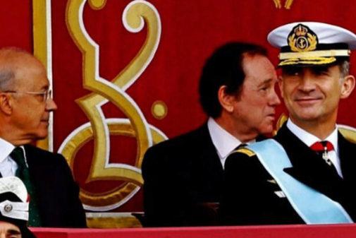 Felipe VI, en primer término, flanqueado por Domingo Martínez Palomo (izda.) y Jaime Alfonsín (dcha.) durante el desfile del 12 de octubre de 2018