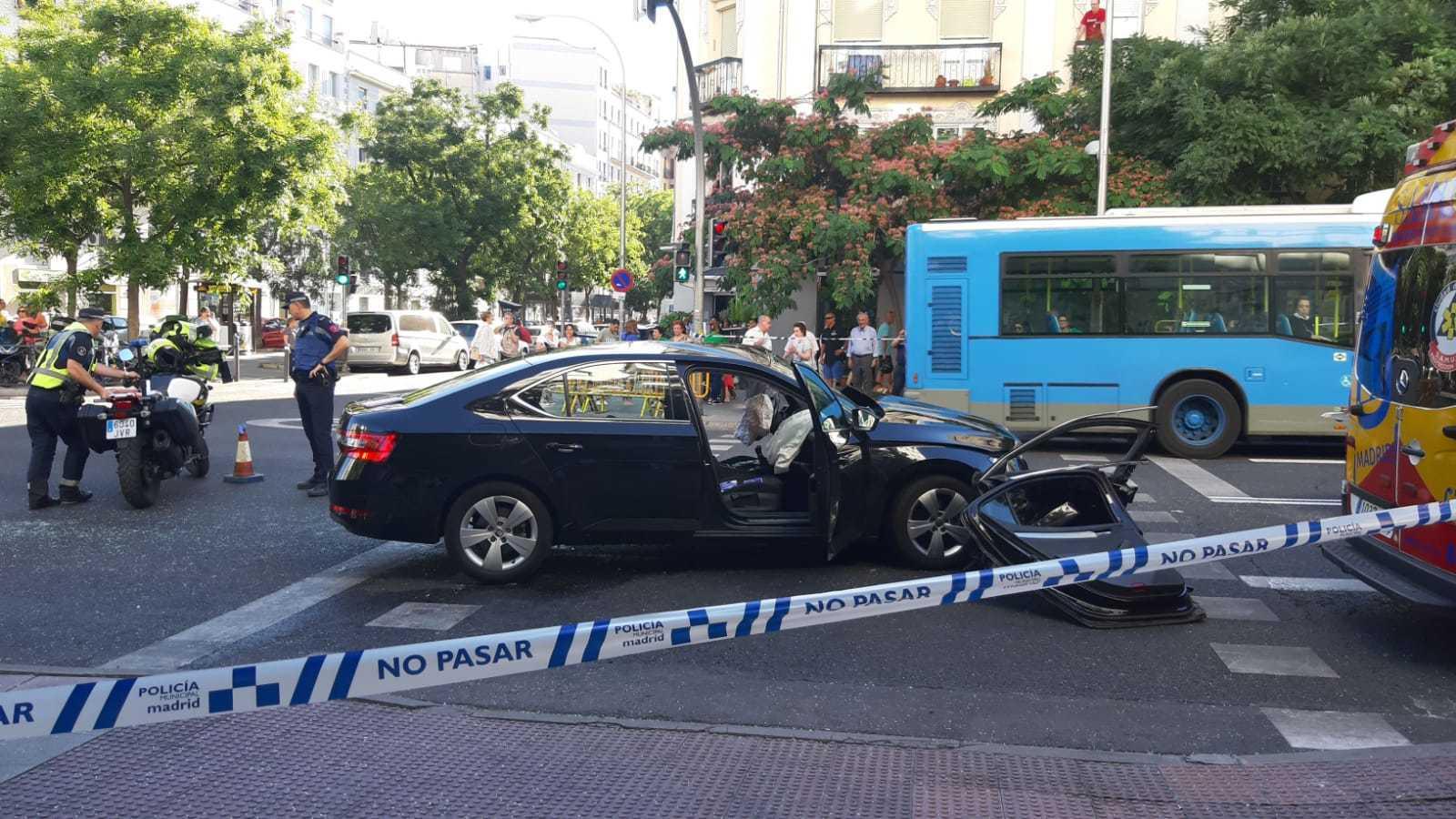 El coche VTC tras el accidente en la calle de Narváez.