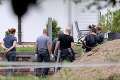 EPA987. WOLFHAGEN-ISTHA (ALEMANIA).- La policía investiga la escena del crimen donde fue asesinado el presidente del gobierno municipal de Kassel, <HIT>Walter</HIT> <HIT>Lübcke</HIT>, este lunes, en Wolfhagen-Istha, Alemania. La Fiscalía General alemana ha asumido el caso de la muerte por un disparo en la cabeza del político conservador <HIT>Walter</HIT> <HIT>Lübcke</HIT>, de la ciudad de Kassel, al reforzarse las sospechas de una posible motivación ultraderechista tras la detención el sábado de un sospechoso con claros vínculos con los neonazis.