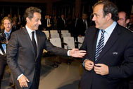 Sarkozy saluda a Platini durante un acto de la UEFA en mayo de 2010.
