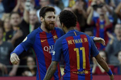 Messi y Neymar celebran un gol del Barcelona en mayo de 2017.