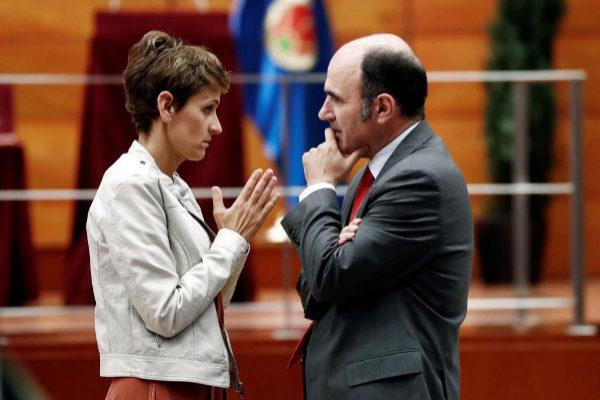 María Chivite, líder del PSN, conversa con Manu Ayerdi, de Geroa Bai