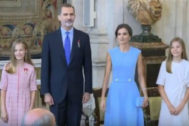 Felipe VI junto a Doña Letizia, la Princesa Leonor y la Infanta Sofía durante la imposición de condecoraciones de la Orden del Mérito Civil