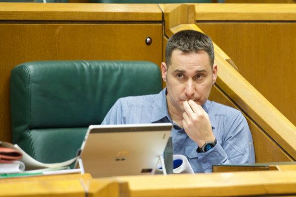 Iker Casanova en su escaño del Parlamento Vasco.