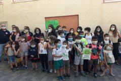 Padres y alumnos, con mascarillas, en la protesta de esta mañana.