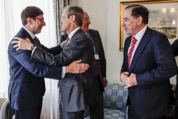 Los presidentes de Bankia, José Ignacio Goirigolzarri, y de CaixaBank, Jordi Gual, se saludan en Santander.